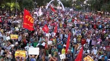 Trabalhadores da construção civil fazem protesto em Fortaleza - O trânsito ficou engarrafado e comerciantes fecharam lojas. O Batalhão de Choque foi acionado para conter atos de vandalismo.