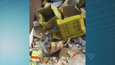Lixo hospital foi descartado irregularmente em Cubatão, SP - Seringas, gazes, algodões usados e muitas caixas de remédios. Tudo isso foi jogado no meio do lixo orgânico em uma caçamba no bairro Vila Esperança, em Cubatão, SP.