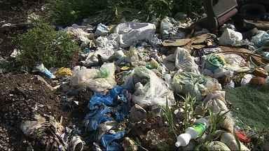Caminhão da SEED é flagrado jogando lixo em local proibido - Fato aconteceu em um povoado de São Cristovão e foi flagrado por um telespectador da TV Sergipe