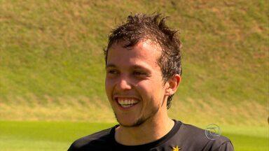 Atlético-MG recebe visita de Bernard para treino antes do jogo contra o Vitória - Bernard se apresenta à seleção brasileira na próxima segunda-feira e quer aproveitar os próximos dias para se preparar para a Copa do Mundo.
