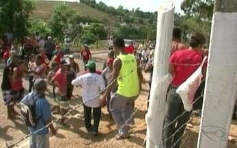 Membros do MST realizam protesto em frente à delegacia, no Sul do ES - Cerca de 100 integrantes do Movimento Sem Terra protestaram porque membros foram intimados a prestar depoimento. Cinco deles acabaram presos.
