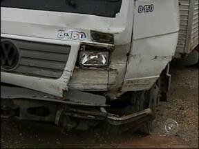 Caminhão derrapa em pista molhada e provoca acidente em Angatuba - Um acidente entre dois caminhões na manhã desta quinta-feira (22), na região de Itapetininga (SP), deixou uma pessoa ferida. Os veículos bateram de frente no acesso da rodovia Raposo Tavares (SP-270) ao município de Angatuba (SP).