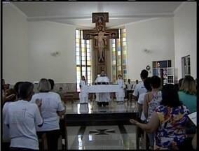 Católicos lotam igreja para celebrarem dia de Santa Rita de Cássia - As flores são símbolos da santa.