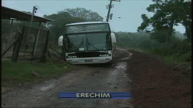 Ônibus cai em barranco no bairro Presidente Vargas, em Erechim, RS - Ninguém ficou ferido.