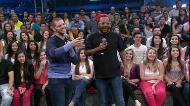 Marcelo Marrom e Victor Sarro fazem uma performance no Altas Horas - Humoristas fazem um esquete sobre relacionamento