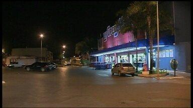 Duas mulheres são vítimas de sequestro-relâmpago em Sobradinho I - Elas foram rendidas por um casal na saída de um supermercado, na Quadra 8. As mulheres tiveram que dirigir até a DF-440, na área rural de Sobradinho, até serem abandonadas pelos bandidos na beira da pista.