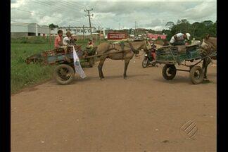 Em Altamira, carroceiros bloquearam a entrada da cidade - Os manifestantes usaram carroças e pneus para bloquear a via. Eles alegam que estão tendo prejuízos com as obras de Belo Monte.