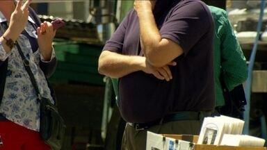 Pesquisa comprova que número de pessoas acima do peso está crescendo - A alimentação com excesso de açúcar e gordura levou o mundo a ter 2,1 bilhões de pessoas acima do peso. Uma em cada três pessoas que habitam o planeta Terra.