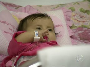 Sofia volta a Sorocaba e aguarda viagem aos EUA para cirurgia - Chegou ontem à noite a Sorocaba a menina Sofia, de apenas cinco meses de idade e que sofre de uma síndrome rara. Ela vai aguardar, no hospital, o momento de viajar para os Estados Unidos onde vai fazer o transplante de órgãos.