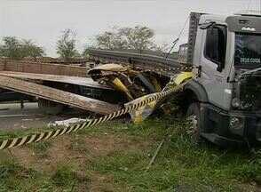 Acidente deixa duas pessoas mortas e duas feridas na BR-232 em Tacaimbó - Segundo Corpo de Bombeiros, acidente envolveu dois caminhões e uma moto.Só uma perícia deve indicar quem teria provocado a colisão, diz corporação.