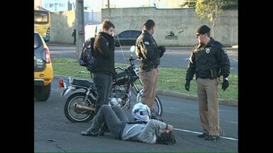 Pneu careca estoura e deixa motociclista e passageiro feridos - O acidente foi na Avenida Tiradentes, em Londrina.