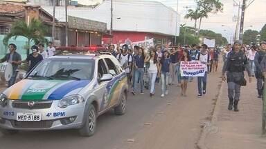 Alunos de uma escola de Santana vão as ruas para pedir recuperação do colégio - EM SANTANA ALUNOS DE ESCOLA JOSÉ BARROSO TOSTES FORAM PARA AS RUAS PARA PEDIR A RECUPERAÇÃO DO COLÉGIO. AS AULAS ESTÃO SUSPENSAS HÁ UMA SEMANA PORQUE O PRÉDIO ESTÁ CHEIO DE PROBLEMAS.