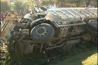 Acidente entre dois caminhões deixa uma pessoa ferida - Trânsito fica lento no local