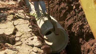 Prefeitura retoma a colocação de manilhas em bairro de Foz - Os moradores reclamavam que a obra estava parada