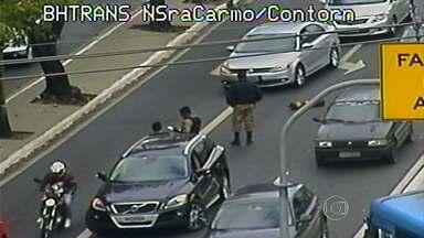 Motorista é baleado durante assalto na Região Centro-Sul de Belo Horizonte - De acordo com a polícia, dois suspeitos estavam em uma moto com a placa coberta e roubaram o relógio do motorista.