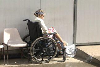 Jovem com ferimento no pé busca por atendimento em hospitais de Salvador - Pais da jovem, que sofre de problemas mentais, contaram que ela caiu no banheiro e machucou o pé. Ferimento chegou a causar mau cheiro. Paciente precisou amputar dois dedos.