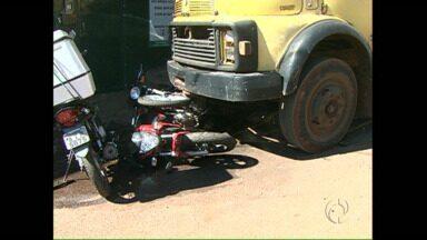 Caminhão desgovernado atinge várias motos no centro de Londrina - O acidente aconteceu enquanto o motorista estava dentro do baú do caminhão se preparando para descarregar peças.