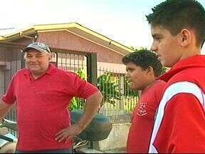Pedreiro recupera carteira perdida com R$ 700 com a ajuda de dois meninos - Boa ação das crianças foi em Teutônia, RS.