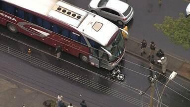 Acidente deixa policial militar ferido na Avenida Abílio Machado - Ônibus e motocicleta bateram na via. Acidente foi perto da Avenida João XXIII.