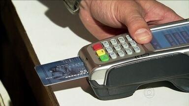 SPC recomenda cuidado para quem costuma parcelar compras no cartão - Um pesquisa do Serviço de Proteção ao Crédito (SPC), feita em março, mostra como os brasileiros estão usando o cartão. O estudo revela que 21% tem pelo menos cinco compras parceladas.