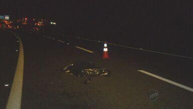 Mulheres morrem atropeladas em rodovia de Artur Nogueira, SP - Um acidente deixou duas mulheres mortas na noite desta quarta-feira (4) na Rodovia Zeferino Vaz, em Artur Nogueira (SP). Segundo a Polícia Rodoviária, o acidente ocorreu quando as vítimas, de 32 e 37 anos, teriam tentado atravessar a pista.