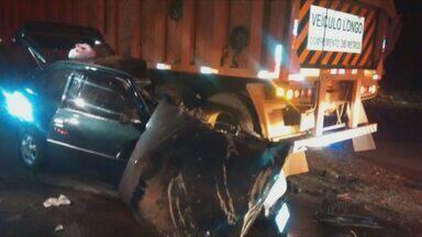 Colisão entre carro e caminhão deixa 1 morto e 1 ferido na Rodovia SP-215 - Colisão entre carro e caminhão deixa 1 morto e 1 ferido na Rodovia SP-215.
