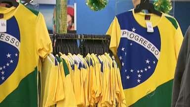 Venda de produtos para a torcida pela seleção brasileira aumentam - Todo tipo de produto é vendido. O setor de aluguel também está lucrando com o mundial.