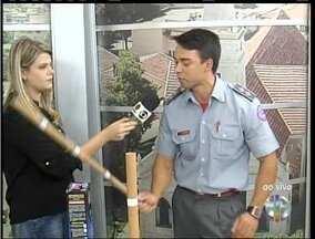Tenente do Corpo de Bombeiros faz alerta sobre fogos de artíficio - Autoridade ensina como usar foguetes com segurança.