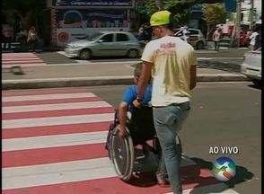 Pedestres e cadeirantes enfrentam dificuldades para atravessar faixa de pedestres - Destra afirma que problemas serão solucionados no mês de outubro.