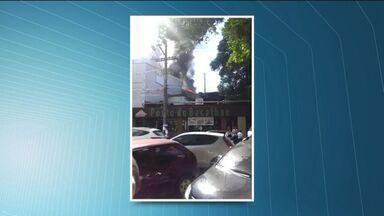 Cozinha de restaurante argentino pega fogo em Vitória - Vídeo mostra labaredas no telhado do restaurante Fuegos Argentinos. Filho do proprietário disse que ninguém se feriu.