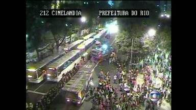 Manifestações bloqueiam avenidas no Centro e na Zona Sul e provocam caos no trânsito - O dia de protesto travou o centro da cidade. Vários bairros tiveram o trânsito congestionado por causa das manifestações.
