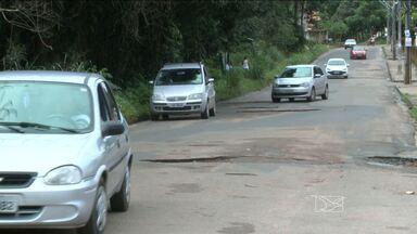 Chuvas do último mês têm piorado a situação do asfalto na capital - Engenheiro analisar o problema em alguns locais. Segundo o especialista, a chuva não é a principal causa de tantos buracos. No bairro Pirapora, os problemas no asfalto são muitos.