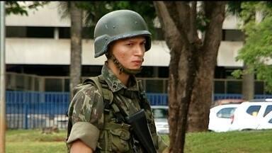 Soldados do Exército fazem segurança nas ruas do DF - Duzentos homens começaram um treinamento em pontos estratégicos para a Copa do Mundo.