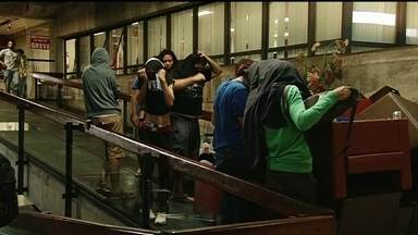 Estudantes invadem a reitoria da UnB - Cerca de 60 jovens usaram móveis para impedir a entrada dos servidores. De acordo com a UnB, os alunos querem que a universidade arquive um processo contra oito estudantes por danos causados pelo Catracaço.