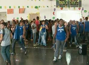 Alunos de escolas municipais de Campos, RJ, se preparam para a Copa do Mundo - Uma das escolas preparam uma bandeira com materiais reciclados.