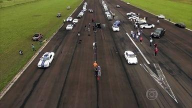 Apaixonados por carros se encontram para acelerar - No evento, que é conhecido como Track Day, os proprietários levam seus modelos esportivos ao extremo. Alguns passam dos 300km/h.