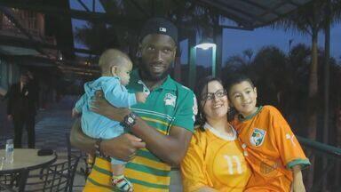 """Drogba recebe 'Drogbinha' e realiza sonho de família de fãs - Drogba, estrela da seleção da Costa do Marfim, realizou o sonho de uma família de fãs e recebeu na concentração da equipe, em Águas de Lindoia (SP), Daniel, um bebê de 6 meses que tem o apelido de """"Drogbinha"""" homenagem ao jogador marfinense."""
