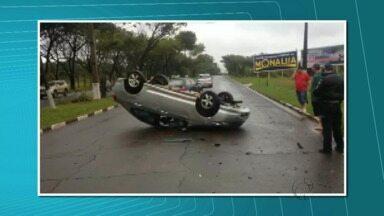 Carros batem e um dos veículos capota na Vila A - O acidente deixou o trânsito lento, em meia pista, até que o carro fosse removido do local. Ninguém ficou ferido.