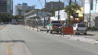 Motociclista morre ao ser atingido por vidro de parada de BRT - A parada ainda não estava funcionando. Dois funcionários da empresa responsável foram presos e liberados após pagamento de fiança.