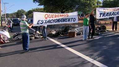 Comerciantes de BH protestam contra fim das vagas de estacionamento na Avenida Pedro II - Esta manhã foi o primeiro dia útil de funcionamento do BRT/Move na região. A faixa exclusiva de ônibus foi implantada no local, prejudicando as vagas de carros na avenida.