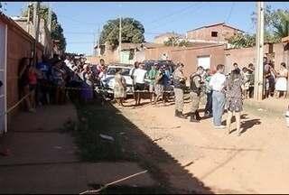 Jovem é baleado e morre no bairro Vilage do Lago II - Homens chegaram atiraram em dois rapazes; um morreu e outro ficou ferido.