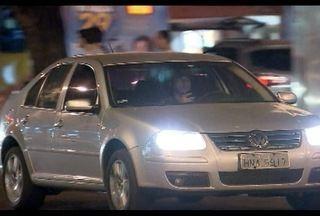 Pesquisa indica que enviar mensagem de texto dirigindo é o mesmo risco de dirigir bêbado - Motoristas que enviam mensagem de texto enquanto dirigem estão sujeitos a multas.