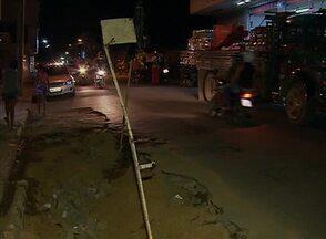 Moradores reclamam de buraco no Bairro João Mota em Caruaru - Segundo eles, vários acidentes estão acontecendo no local.