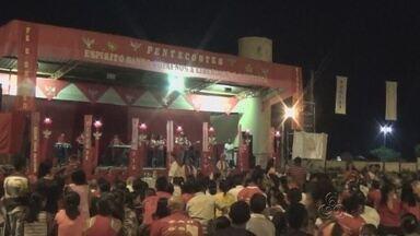 Centenas festejam Pentecostes em Nova Olinda do Norte, no AM - Fiéis rezaram pedindo ajuda para as pessoas atingidas pela cheia do Rio Madeira.