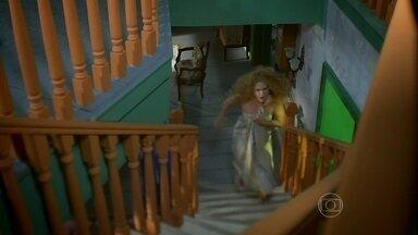 Gina aparece na sala enrolada em uma toalha - Ferdinando e Pedro Falcão ficam chocados com o comportamento da moça