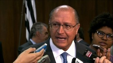"""Governador Geraldo Alckmin fala sobre as demissões de metroviários - """"O governo não fará novas demissões para aqueles que voltarem ao trabalho. Á medida que a greve foi declarada abusiva, se as pessoas não voltam a trabalhar, o metrô não pode funcionar e elas precisam ser desligadas e por justa causa"""", disse Alckmin."""