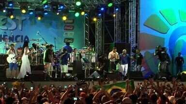 Abertura da Fifa Fun Fest, em Frotaleza, atraiu cerca de 30 mil pessoas - Evento é realizado no aterro da Praia de Iracema até o fim da Copa do Mundo.
