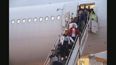Expectativa para a chegada da França no aeroporto de Ribeirão Preto - Ônibus da Fifa que vai fazer o transporte dos jogadores já está na cidade