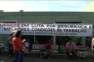 Médicos protestam em Cais de Goiânia - Categoria reclama da falta de efetivo, materiais de trabalho e até falta de segurança nas unidades de saúde.