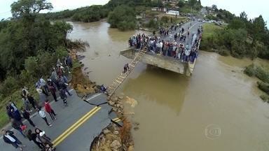 Dez mil pessoas estão desalojadas por causa da chuva no Paraná - No Paraná, chega a 10 mil o número de pessoas que ainda não podem voltar para casa por cauda da chuva do fim de semana. Nove pessoas morreram e seis estão desaparecidas. Pelo menos 79 municípios estão em situação de emergência.